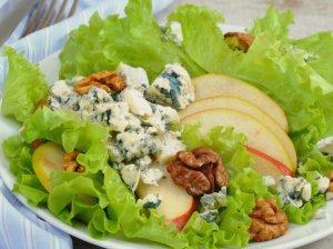 Greitos kriaušių salotos su pelėsiniu sūriu