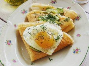 Lietiniai blynai su kiaušiniais ir avokadu
