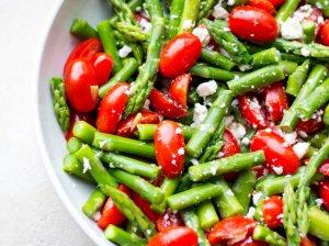 Smidrų šparagų salotos su pomidorais