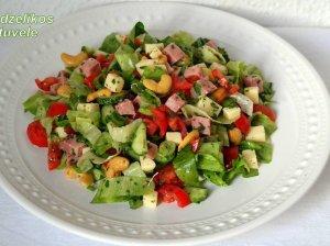 Daržovių salotos su kumpiu ir sūriu