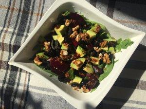 Burokėlių, špinatų ir avokado salotos su medaus-garstyčių padažu