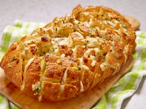 Plėšoma česnakinė duona su sūriu