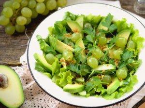 Avokadų salotos su vynuogėmis