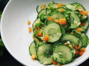 Aitrios agurkų salotos