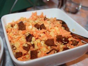 Pikantiškos morkų salotos su kepta duona ir sūriu