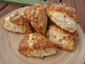 Česnakinės bandelės su kumpiu ir sūriu