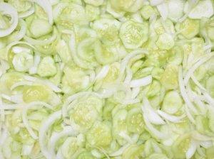 Greitai marinuotos agurkų ir svogūnų salotos