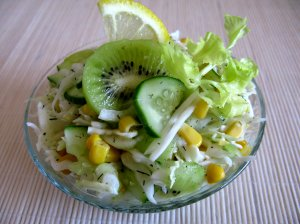 Kopūstų salotos su kukurūzais, agurkais ir kiviais