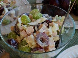 Rūkytos vištienos salotos su vynuogėmis