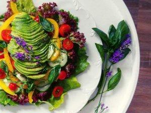 Gaivios daržovių salotos su avokadu