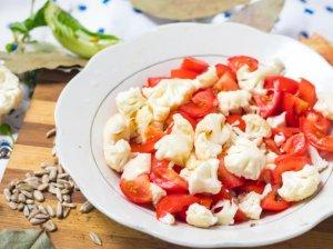 Kalafiorų žiedinių kopūstų ir pomidorų salotos