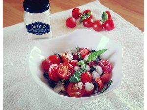 Vyšninių pomidorų ir svogūnėlių salotos