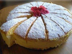 Biskvitinis tortas su švelniu citrininiu varškės kremu