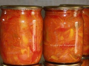 Paprikų salotos mišrainė žiemai su pomidorų sultimis