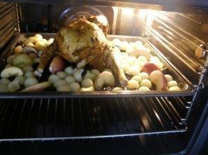 Obuoliais įdaryta višta, kepta su slyvomis ir bulvėmis