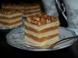Sluoksniuotas obuolių pyragas su riešutais