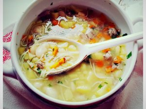 Paukštienos sriuba su pupomis ir makaronais