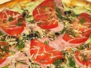 Naminė pica su kumpiu ir mozzarella sūriu