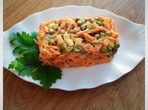 Česnakinės morkų salotos su sūriu