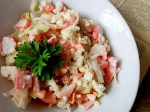 Traškios žiedinio kopūsto salotos su krabų lazdelėmis