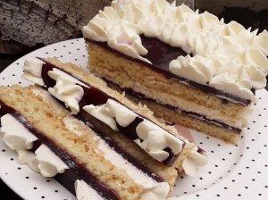 Greitas biskvitinis pyragas su serbentų sulčių kremu