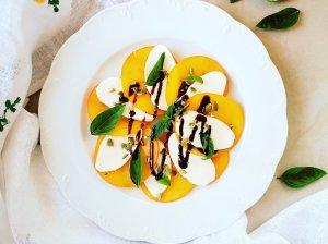 Persimonų mocarela salotos
