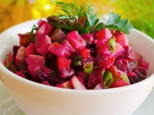 Greitos burokėlių salotos su obuoliais ir agurkais (be majonezo)