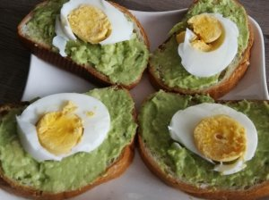Sumuštiniai su avokadais ir kiaušiniais