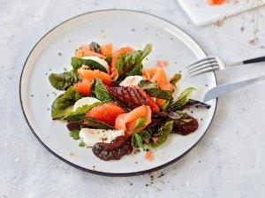Greipfrutų salotos su rūkyta lašiša ir mocarela