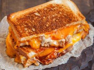 Karšti sumuštiniai keptuvėje su vištiena ir sūriu