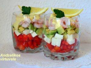 Sluoksniuotos krevečių salotos su avokadais ir česnakiniu užpilu
