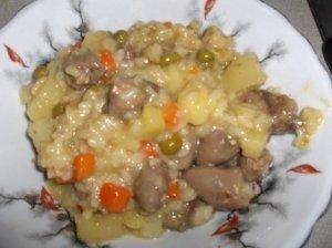Daržovių, ryžių ir vištienos širdelių troškinys