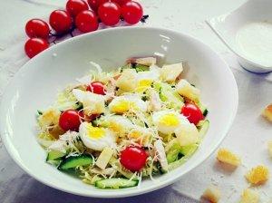 Cezario salotos su vištiena ir česnakiniu padažu