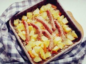 Bulvių troškinys su dešrelėmis orkaitėje