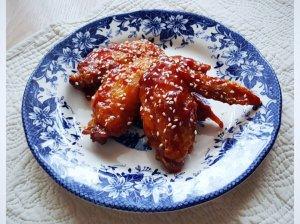 Lipnūs vištienos sparneliai su medaus ir pomidorų padažu