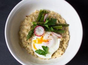 Avižinė pusryčių košė su kietuoju sūriu ir be lukšto virtu kiaušiniu