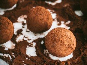 Šokoladiniai datulių triufeliai be pieno