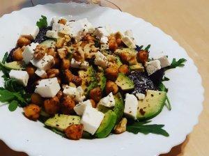 Burokėlių salotos su feta ir keptais avinžirniais