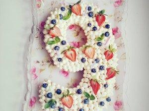 Medaus tortas su avietėmis ir balto šokolado kremu