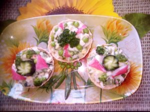 Žaliosios salotos su krabų lazdelėmis