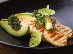 Lietiniai su tunu, sūriu ir avokadu