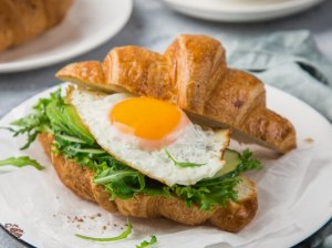 Kruasano sumuštinis su avokadu ir kiaušiniu