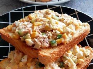Pusryčių sumuštiniai su tunu, kiaušiniais ir kukurūzais