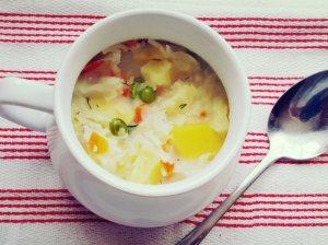 Pieniška daržovių sriuba su kopūstais ir žirneliais