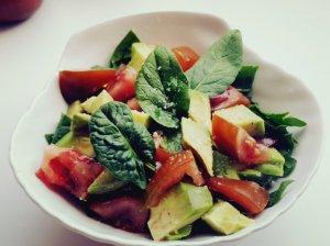 Gaivios avokadų salotos su špinatais ir pomidorais