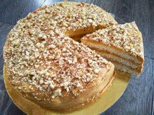 Kondensuoto pieno tortas su karameliniu kremu