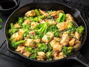 Vištiena su brokoliais keptuvėje