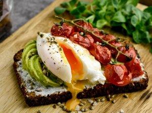 Pusryčių sumuštiniai su avokadu ir kiaušiniu