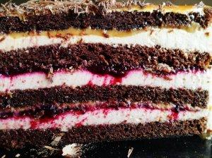 Jogurtinis tortas su serbentais karamele