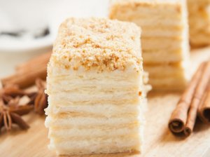 Sluoksniuotos tešlos tortas su grietininiu kremu
